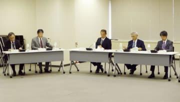 原子力規制委の定例会合。日本原子力研究開発機構の研究炉を事実上の審査合格とした=10日午前、東京都港区