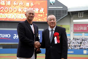 柴田勲氏(右)から名球会ブレザーを進呈された千葉ロッテ・福浦=ZOZOマリン