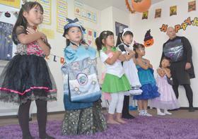 ハロウィーンパーティーでネイティブの表現に触れる児童ら