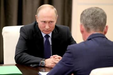 モスクワ郊外で会談したプーチン大統領(左)と沿海地方知事代行に任命されたコジェミャコ氏=9月26日(タス=共同)