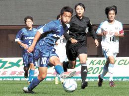青森選抜-川崎ジュニアユース 中盤でパスを出す青森選抜・松木(10)