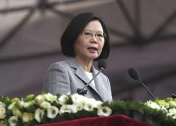 10日、台北市内の総統府前で行われた双十節祝賀式典で演説する蔡英文総統(中央通信社=共同)