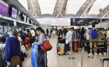 4日、混雑する関西空港の国際線出発ロビー