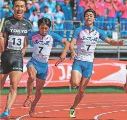成・少年男子共通400メートルリレー決勝 8位入賞した福島。アンカーの秋山(左から2人目)が3走の山下航(右)からバトンを受け取る