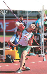 少年女子共通やり投げ決勝 53メートル38で優勝した奈良岡の投てき