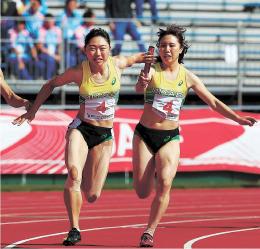 成・少年女子共通400メートルリレー決勝 5位入賞した県チーム。アンカーの郷右近(左)が3走の松本からバトンを受け取る