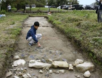 織田信長が築かせた大溝城で見つかった土橋跡と石垣。多数の瓦片も出土した=滋賀県高島市