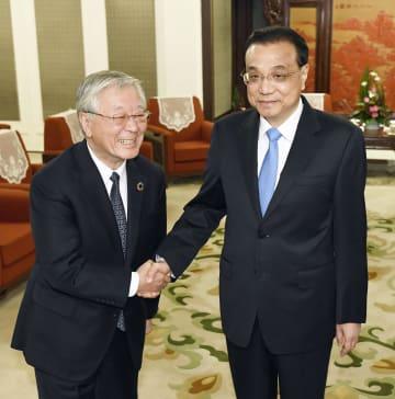 会談を前に握手する、中国の李克強首相(右)と経団連の中西宏明会長=10日、北京の中南海(共同)