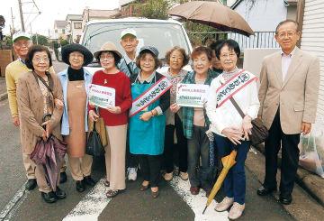 延べ2000人を祝う地域住民ら。中央の水色の服が上田さん、右端が篠崎会長