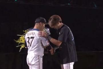 試合後に引退セレモニーを行った日本ハム・矢野謙次(左)【画像:(C)PLM】