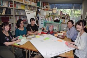 富岡市内で方言調査を行う県立女子大の学生と新井教授(右から2人目)