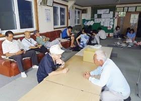 若草町内会が開設した自主避難所に身を寄せ合う地域住民=関副会長提供