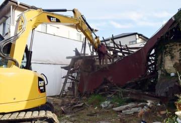 重機を使用して倒壊の恐れがある空き家の解体作業を進めた=10日、千葉市中央区鵜の森町