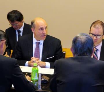 日本の国会議員と意見交換するポール・ダバー氏(中央)