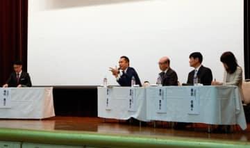 【パネルディスカッションで話す鈴木知事(左から2人目)ら=津市大門の津センターパレスで】