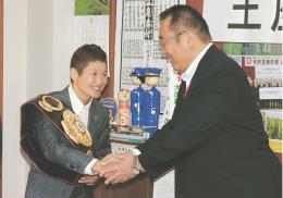 伊藤市長(右)に初防衛を報告した藤岡選手