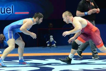 昨年の世界選手権で実現したカイル・スナイダー(右=米国)とアブデユラシド・サデュラエフ(ロシア)との一戦