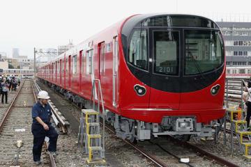 東京メトロが報道陣に公開した、丸ノ内線の新型車両「2000系」=11日午前、東京都中野区の同社車両基地