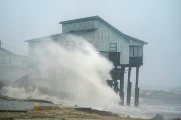 ハリケーンによる高波が打ちつけるフロリダ州の民家=10日、アリゲーターポイント(ロイター=共同)