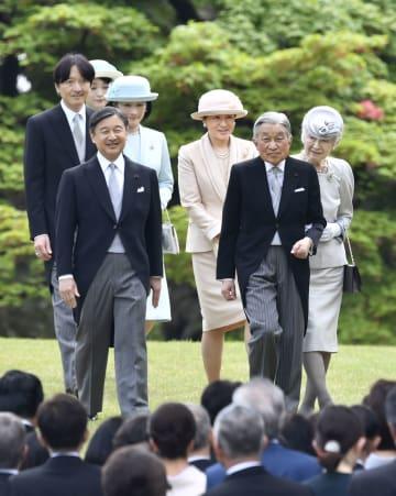 4月、春の園遊会に臨まれる天皇、皇后両陛下、皇太子ご夫妻、秋篠宮ご夫妻ら=東京・元赤坂の赤坂御苑