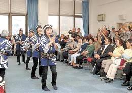 福島県楢葉町の伝統芸能を楽しむ参加者。イベントなどを通して古里への思いをつなぐ=9月22日、横浜市