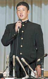 プロ志望届を提出後に記者会見に臨んだ吉田投手。プロ入りへの強い思いや覚悟を語った