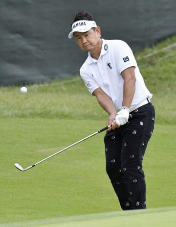 第1日、7アンダーで首位の藤田寛之。18番でアプローチショットを放つ=横浜CC