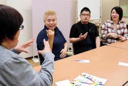 聴覚障害のある性的少数者らが手話で思いを語り合うデフレインボーの交流会=姫路市内