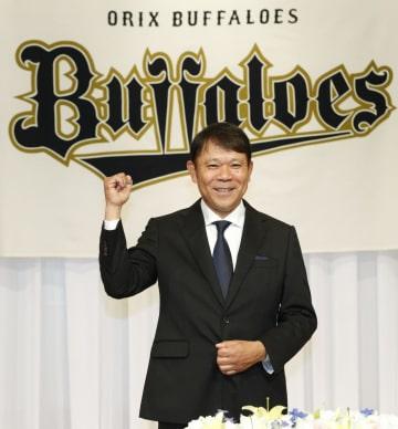 就任記者会見でポーズをとるオリックスの西村徳文新監督=11日、大阪市内のホテル