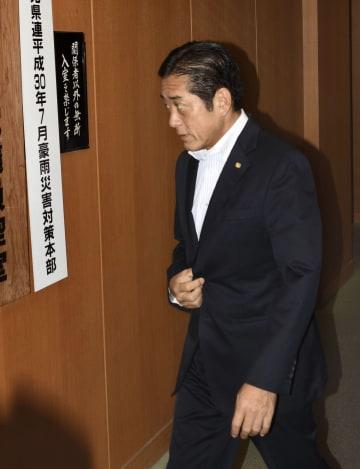 任期満了に伴う11月の愛媛県知事選を巡り、県議会会派に公約の説明に訪れた中村時広知事=11日午後、松山市