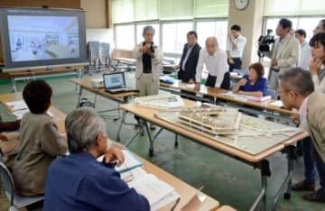 説明を聞きながら新庁舎の模型に見入る委員ら=垂水市役所