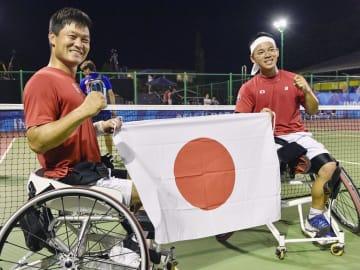 男子ダブルスで優勝し、笑顔を見せる国枝(左)、真田組=ジャカルタ(共同)