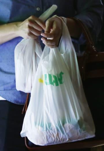 店舗で購入した商品を入れたレジ袋=11日午後、東京都港区
