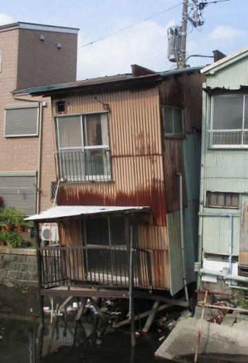 倒壊の危険が指摘されている横浜市神奈川区の家屋(同市提供)