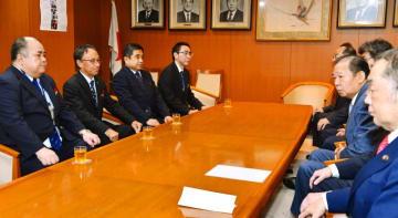 東京・永田町の自民党本部を訪れ、二階幹事長(右手前から2人目)との会談に臨む玉城デニー知事(左から2人目)=11日午後