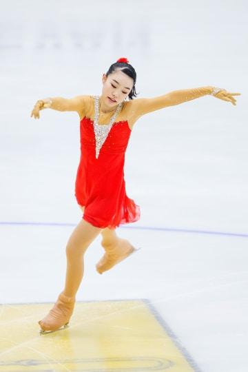 女子ショートプログラムで演技する荒木菜那=11日、エレバン(ゲッティ=共同)
