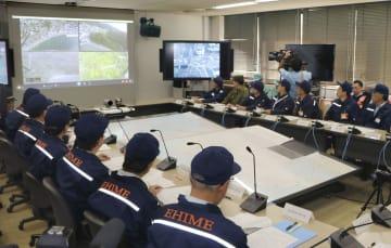 防災訓練で飛行するドローンからリアルタイムで送られてくる映像を確認する愛媛県災害対策本部=12日午前、愛媛県庁