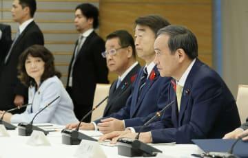 外国人労働者の受け入れ拡大に向けた関係閣僚会議であいさつする菅官房長官(右端)=12日午前、首相官邸