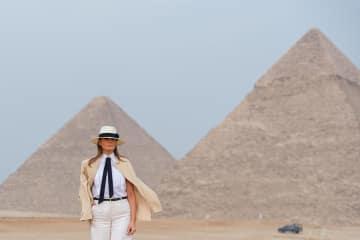 6日、エジプト・ギザのピラミッドを訪れたメラニア夫人(UPI=共同)