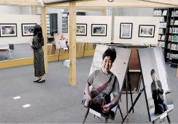 精神科病棟の患者の姿を写した写真が並ぶ大和キャンパス図書館