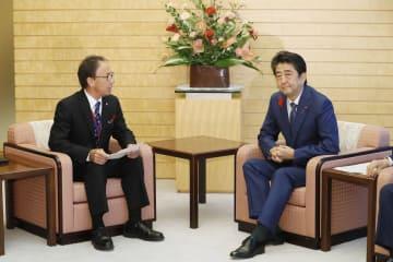 安倍首相と会談する沖縄県の玉城デニー知事=12日午後、首相官邸