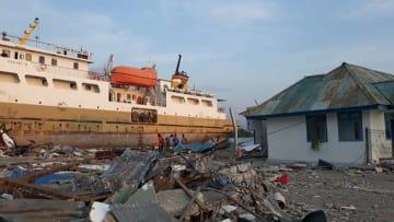 地震によりドンガラ県の港で動けなくなった船(10月3日撮影)© Tommy Onsent/MSF