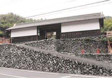 建物の修復が完了した長屋門