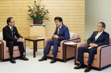 安倍首相と会談する沖縄県の玉城デニー知事。右は菅官房長官=12日午後、首相官邸