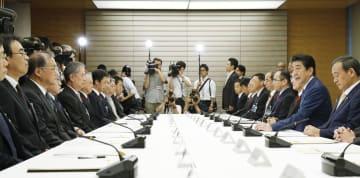 皇位継承に伴う一連の儀式の各府省庁間の連絡調整に当たる式典実施連絡本部の初会合であいさつする安倍首相(右から2人目)=12日、首相官邸