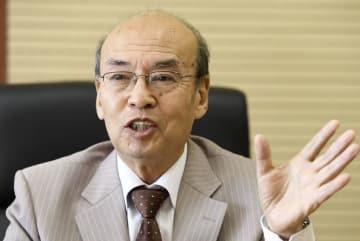 平壌市内でインタビューに答える北朝鮮の社会科学院経済研究所の李基成教授=11日(共同)