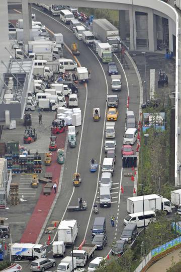 豊洲市場内で渋滞する道路=11日、東京都江東区(共同通信社ヘリから)