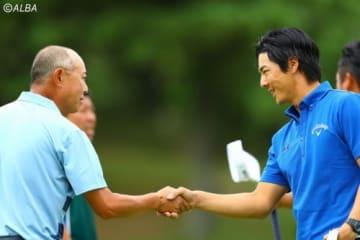 ホールアウト後、谷口徹(左)と握手をかわす石川遼(撮影:村上航)