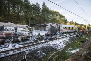 12日、ドイツ西部で火災を起こした高速列車の車両(ゲッティ=共同)