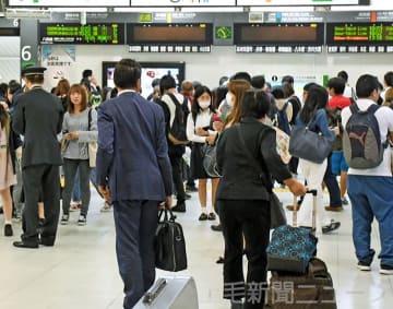 高崎駅の改札口付近は運転再開から1時間がたっても混雑していた=12日午前10時20分ごろ、JR高崎駅構内